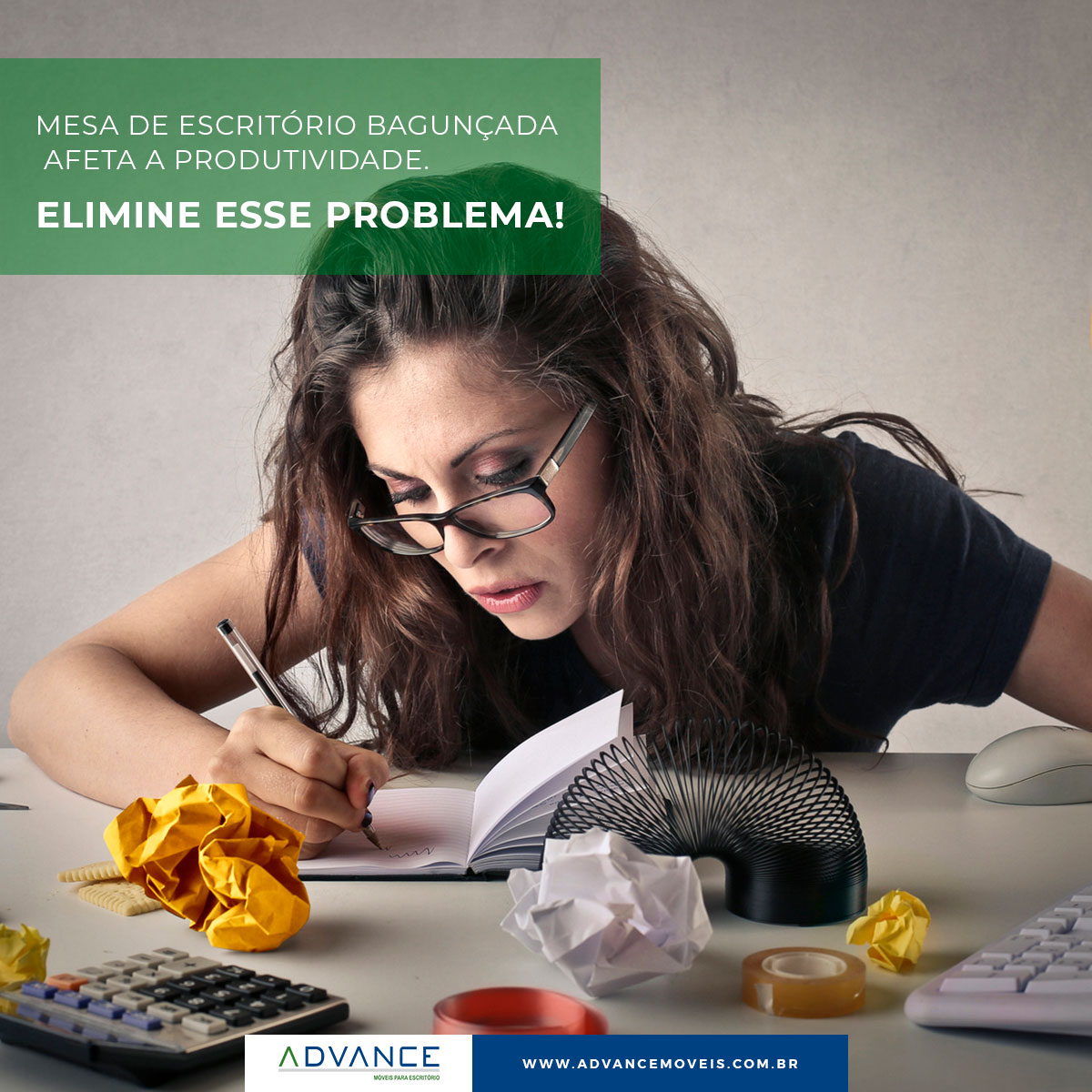 Mesa de escritório bagunçada afeta a produtividade. Elimine esse problema!